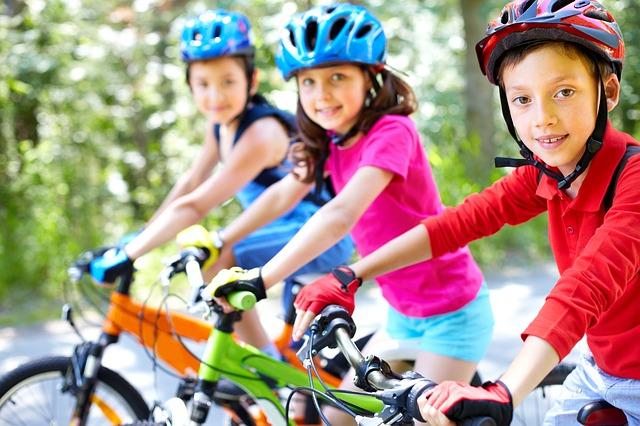 tři děti na kolech.jpg