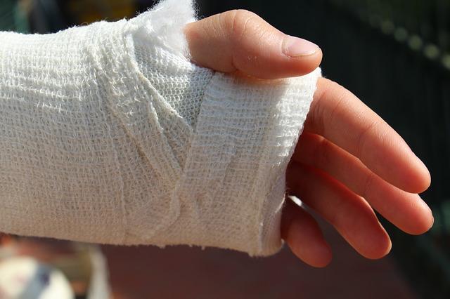zlomená ruka v sádře