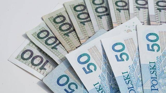 Peníze modré 50 polski a 100, hezky seřazené