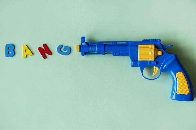 zbraň s nápisem