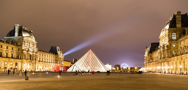 halogenový reflektor na náměstí