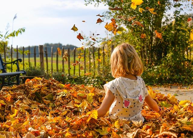 holčička v listí